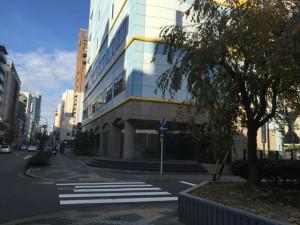 水色と黄色の建物のところで右に曲がります