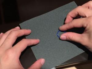紙ヤスリを使用して傷や段差をとります